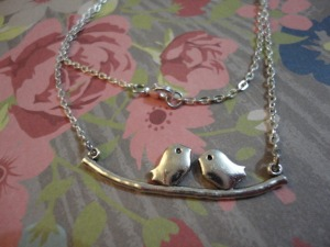 collier-collier-oiseaux-amoureux-sur-une-br-7721135-dsc04428-ad929-a34af_big